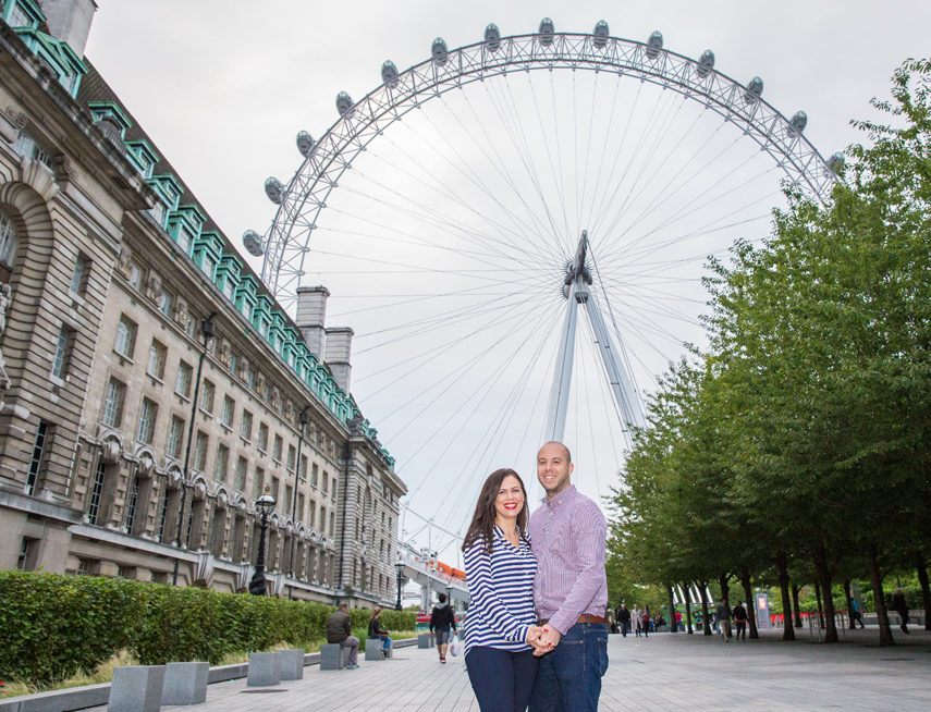 Photographer for engagement photos with London landmarks
